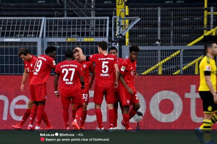 Joshua Kimmich dikerubungi para pemain Bayern Muenchen usai mencetak gol ke gawang Borussia Dortmund pada laga Der Klassiker di Signal Iduna Park, Selasa (26/5/2020).