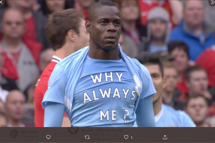 Selebrasi kontroversi Mario Balotelli 'Why Always Me?' saat Manchester City mengalahkan Manchester United 6-1 di Stadion Old Trafford.