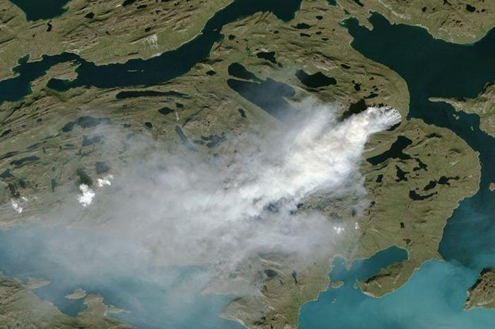 Kebakaran yang terjadi di Greenland pada 2017, dilihat dari satelit.