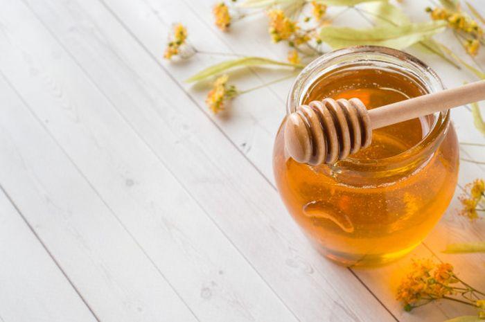 Madu memiliki banyak manfaat dan dapat dimakan apa adanya, baik sebagai pengganti gula atau obat untuk menenangkan sakit tenggorokan.