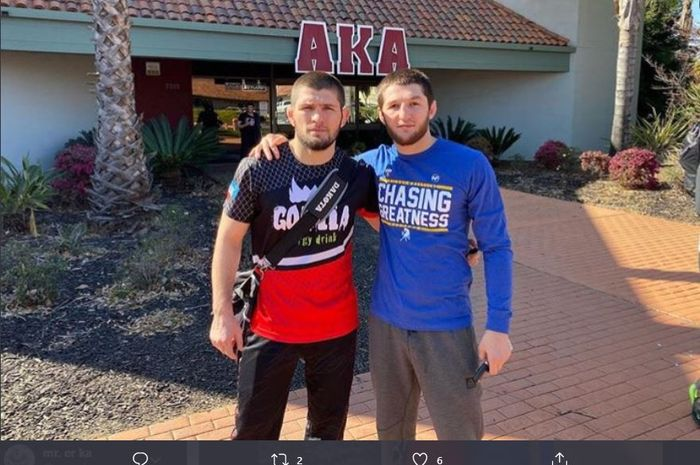 Juara kelas ringan UFC, Khabib Nurmagomedov bersama rekan latihan, Tagir Ulanbekov yang kini mulai meniti karier profesional juga.