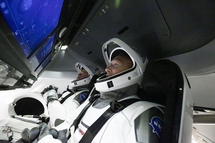 Kedua astronaut yang akan memimpin misi Demo-2.