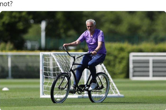 Pelatih Tottenham Hotspur, Jose Mourinho, menggunakan sepeda untuk mengawasi anak asuhnya berlatih di pusat latihan klub.