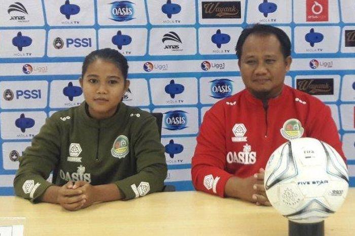 Asisten pelatih Tira Persikabo Kartini, Adi Kuswanto dalam sesi konferensi pers.