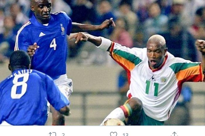 El Hadji Diouf beraksi dalam duel klasik Prancis vs Senegal pada pertandingan pertama Piala Dunia 2002, 31 Mei 2002.