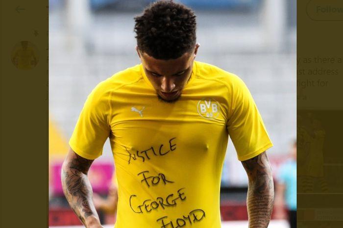 """Jadon Sancho, memperlihatkan kaus dalam yang bertuliskan """"Keadilan untuk George Floyd""""."""