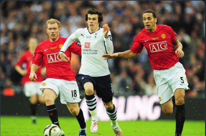 Paul Scholes (Kiri) saat berusaha mengejar Gareth Bale di sebuah pertandingan Liga Inggris musim 2012-2013.