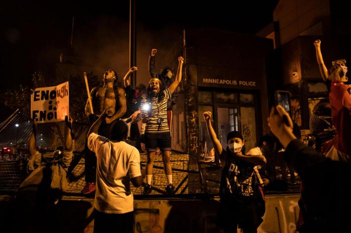 Para pendemo di Minneapolis pascakematian George Floyd akibat kebrutalan polisi.