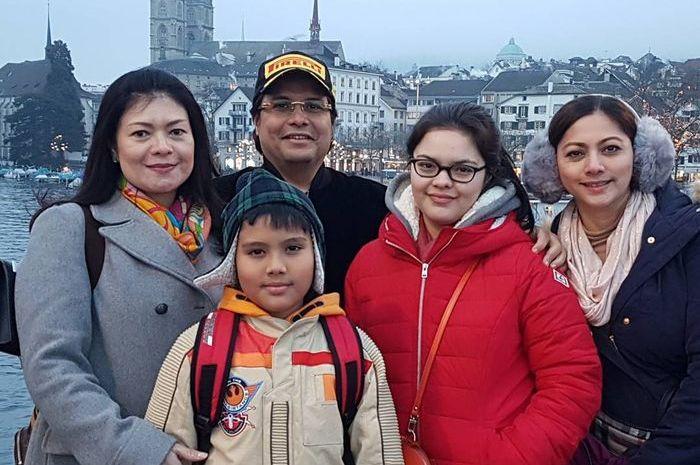 Liburan Cut Keke bersama keluarga dan istri pertama suaminya