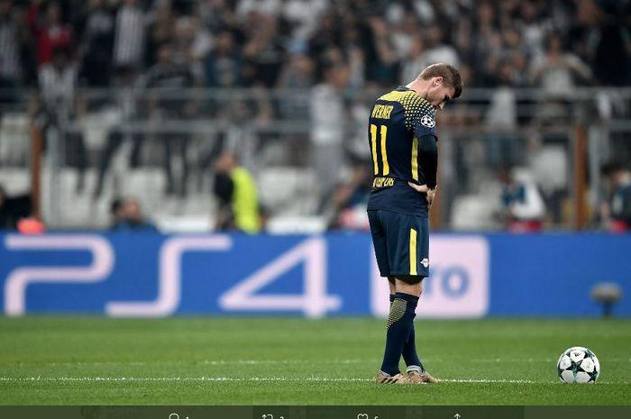 Penyerang RB Leipzig, Timo Werner, tertunduk lesu saat klubnya dikalahkan Besiktas dalam laga babak kualifikasi grup G Liga Champions 2017-2018.