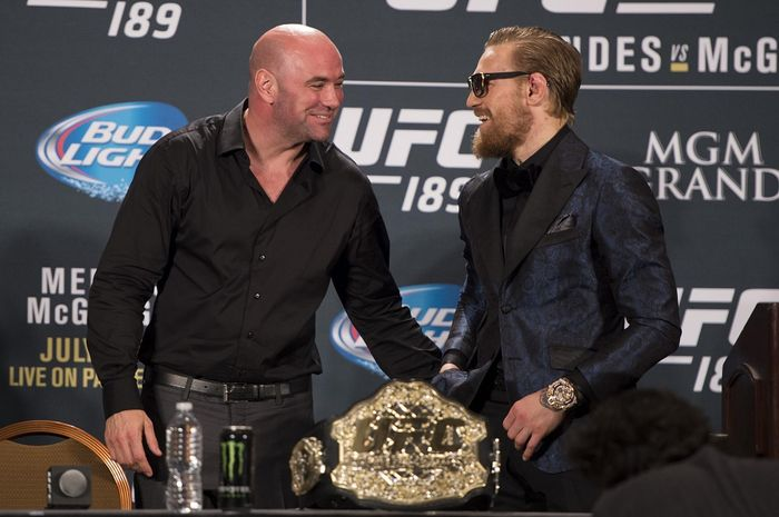 Presiden UFC, Dana White (kiri) dan Conor McGregor (kanan).