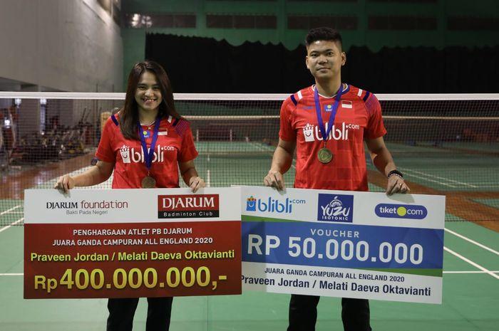 Pasangan ganda campuran Indonesia, Melati Daeva Oktavianti (kiri) dan Praveen Jordan menerima bonus hadiah juara All England Open 2020.