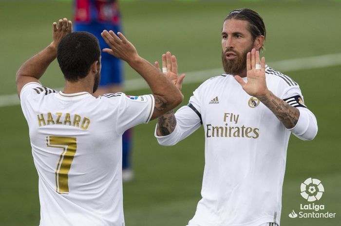 Sergio Ramos menghampiri Eden Hazard usai mencetak gol saat Real  Madrid mengalahkan Eibar dengan skor 3-1 pada laga pekan ke-28 Liga Spanyol 2019-2020, Senin (15/6/2020) dini hari WIB