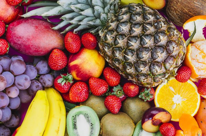 Buah-buahan banyak mengandung vitamin C.