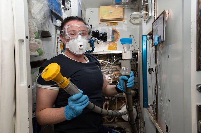 Astronot NASA, Serena Auñón-Chancellor, merawat toilet stasiun ruang angkasa AS saat ini.