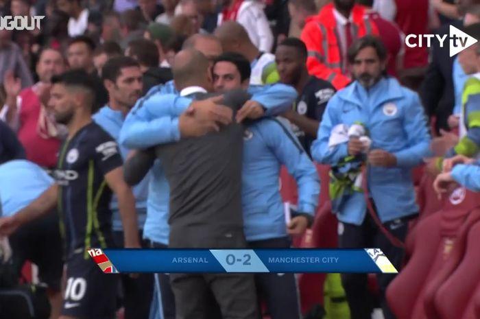 Pep Guardiola berpelukan dengan Mikel Arteta selepas laga pekan perdana Liga Inggris musim 2018-2019 antara Arsenal melawan Manchester City, 12 Agustus 2018 malam WIB.