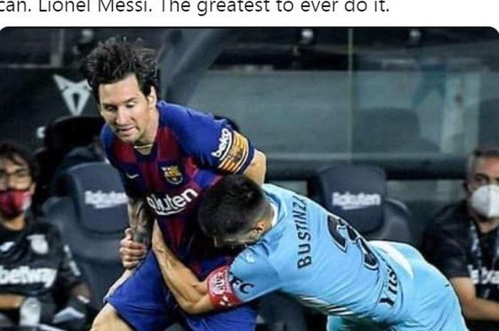 Megabintang Barcelona, Lionel Messi, dilanggar oleh kapten Leganes, Unai Bustinza, dalam laga Liga Spanyol di Stadion Camp Nou, Selasa (16/6/2020).