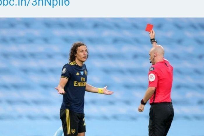 Bek Arsenal, David Luiz, mendapatkan kartu merah dalam laga Liga Inggris melawan Manchester City, Kamis (18/6/2020) dini hari WIB.