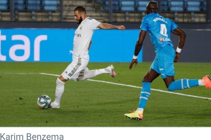 Bomber Real Madrid, Karim Benzema, melepaskan tendangan dalam laga pekan ke-29 Liga Spanyol melawan Valencia di Stadion Alfredo Di Stefano, Jumat (19/6/2020) dini hari WIB.