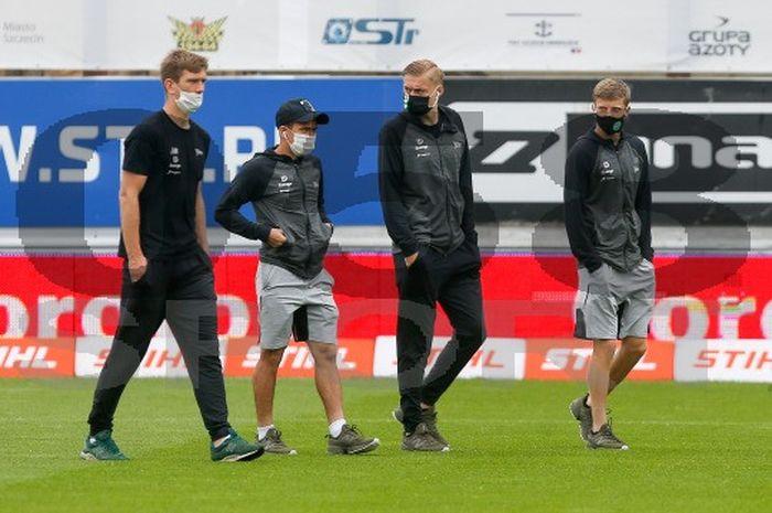Egy Maulana Vikri (dua dari kiri), di laga Pogon Szczecin Vs Lechia Gdansk  di Florian-Krygier-Stadion, Minggu (21/6/2020).