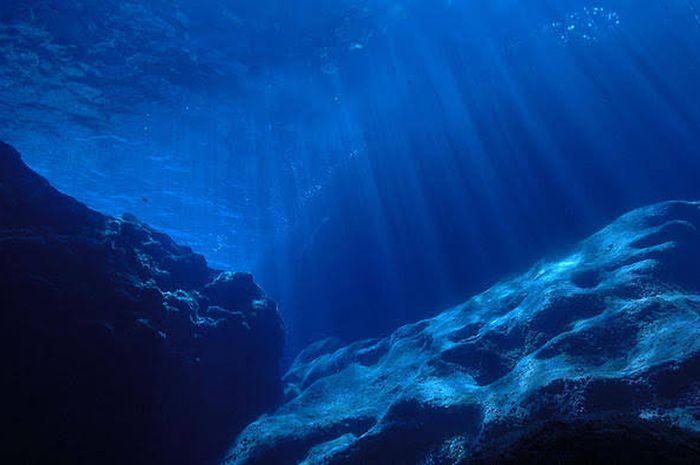 Justin Peter: Laut berwarna biru karena cara air menyerap cahaya, partikel-partikel dalam air menyebarkan cahaya, dan juga karena sebagian cahaya biru dari langit dipantulkan.