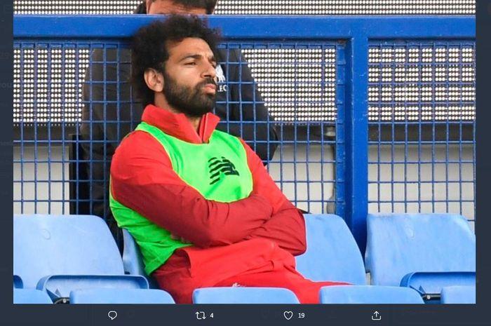 Penyerang Liverpool, Mohamed Salah, saat duduk di bangku pemain cadangan.
