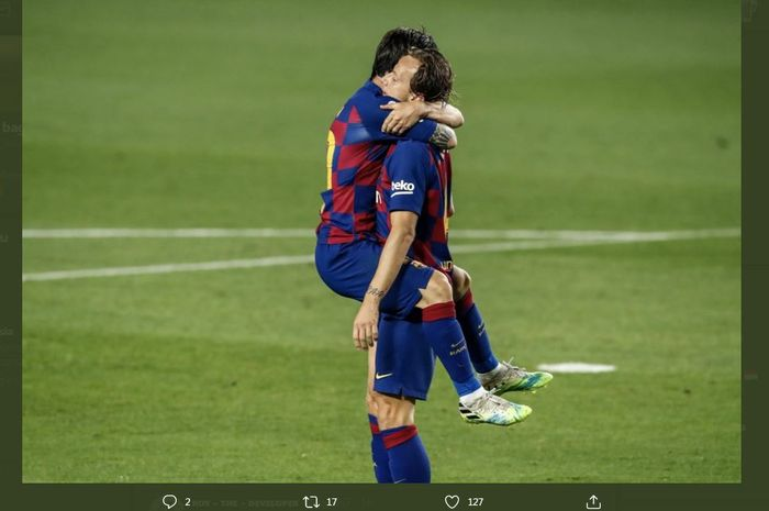 Ivan Rakitic dipeluk Lionel Messi seusai cetak gol Barcelona ke gawang Bilbao dalam laga LaLiga Spanyol di Camp Nou, 23 Juni 2020.