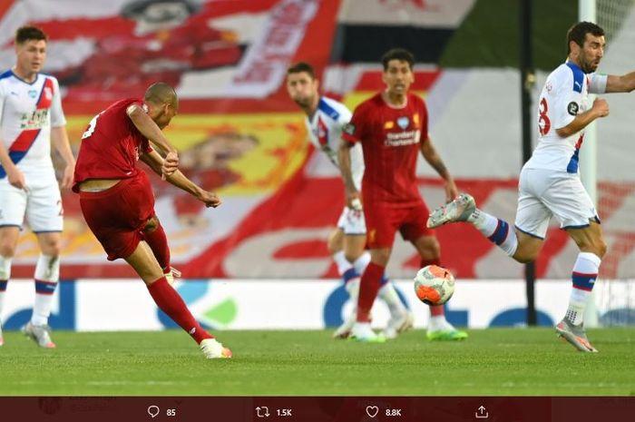 Fabinho mencetak gol ke gawang Crystal Palace lewat tendangan keras dari luar kotak penalti.