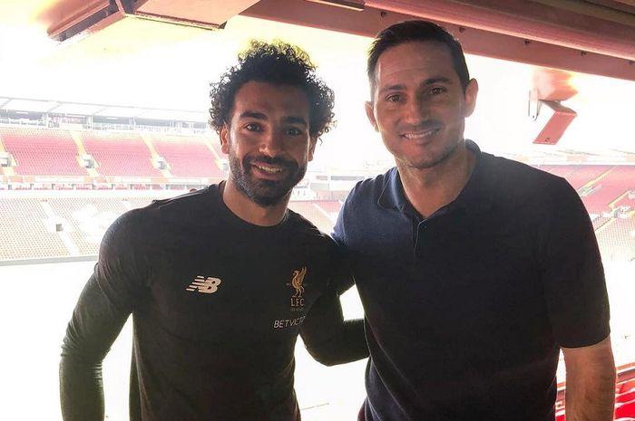 Pelatih Chelsea, Frank Lampard (kanan) bersama pemain Liverpool, Mohamed Salah (kiri)