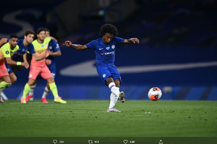 Penyerang sayap Chelsea, Willian, melakukan eksekusi tendangan penalti pada laga Chelsea melawan Manchester City di Stamford Bridge, Kamis (25/6/2020) atau Jumat dini hari WIB.