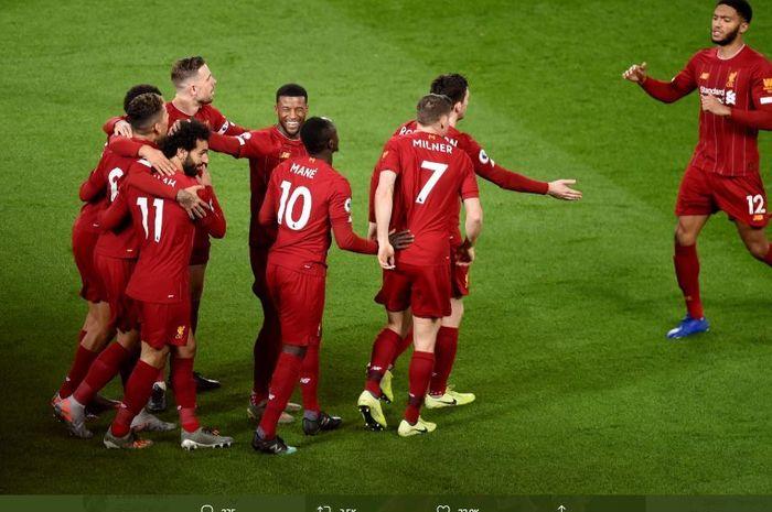 Para pemain Liverpool merayakan gol dalam sebuah pertandingan.