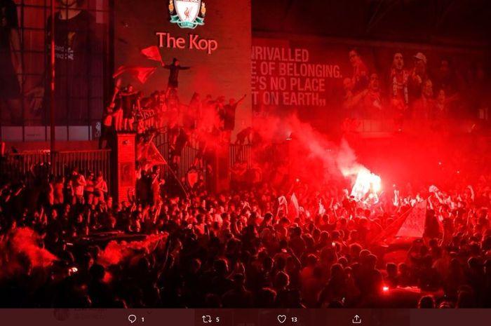 Fan Liverpool merayakan gelar juara Liga Inggris 2019-2020 di luar stadion Anfield.