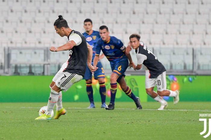 Megabintang Juventus, Cristiano Ronaldo, mencetak gol dari titik putih pada laga melawan Lecce di Allianz Stadium pada laga pekan ke-28 Liga Italia, Jumat (26/6/2020).