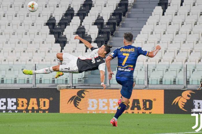 Megabintang Juventus, Cristiano Ronaldo, melakukan tendangan salto ke gawang Lecce dalam laga Liga Italia, di Stadion Allianz, Jumat (26/6/2020).