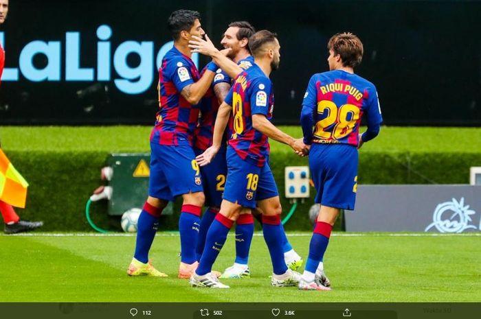 Para pemain Barcelona merayakan gol ke gawang Celta Vigo.
