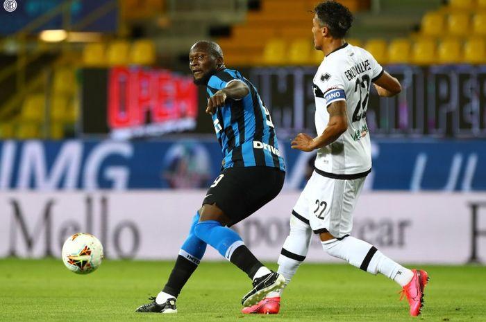 Momen penyerang Inter Milan, Romelu Lukaku berhadapan dengan salah satu bek Parma pada laga pekan ke-28 Liga Italia, Minggu (28/6/2020).
