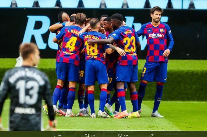 Para pemain Barcelona mengerubungi Luis Suarez usai sukses menjebol gawang Celta Vigo pada laga pekan ke-31 Liga Spanyol, Sabtu (28/6/2020).