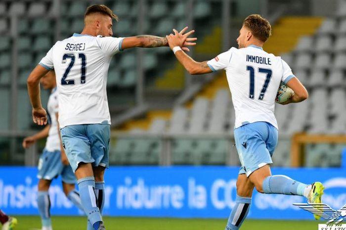 Striker Lazio, Ciro Immobile, merayakan gol yang dicetak ke gawang Torino dalam laga Liga Italia di Stadion Grande Torino, Selasa (30/6/2020).