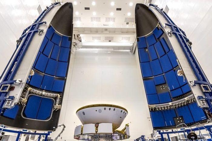 Pesawat ruang angkasa NASA 2020 Mars (tengah) tak lama sebelum pesawat ruang angkasa itu dirangkum dalam fairing muatan Atlas 5 pada bulan Juni.