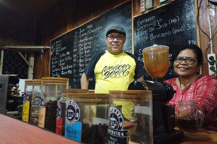 Bony Romas dan istrinya Maria Aloysia Sri Lestari berada di kedai Kopi Mane Labuan Bajo. Ia bersama para pengusaha kopi lainnya dan pemerintah bersama membentuk MPIG Kopi Arabika Flores.