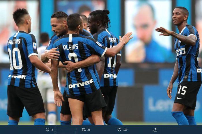 Para pemain Inter Milan merayakan gol ke gawang Brescia dalam partai Liga Italia di Giuseppe Meazza, 1 Juli 2020.