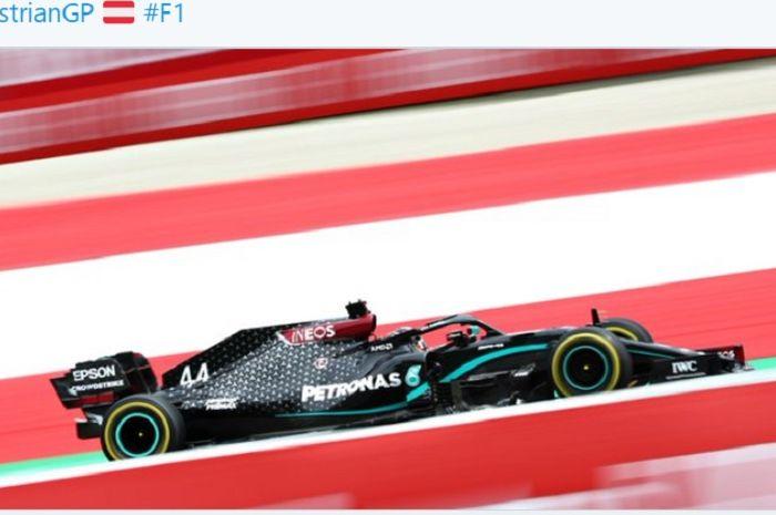 Pembalap Mercedes, Lewis Hamilton, menjadi pemilik waktu tercepat pada latihan bebas kedua (FP2) F1 GP Austria di Red Bull Ring, Austria, 3 Juli 2020.