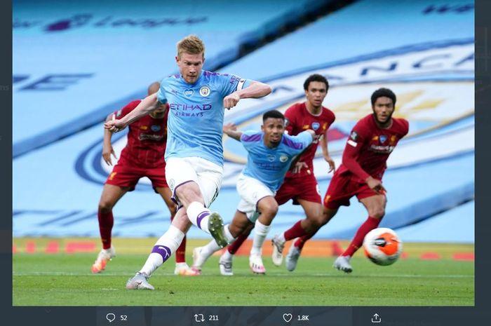Kevin de Bruyne mencetak gol penalti untuk Manchester City ke gawang Liverpool, 2 Juli 2020.