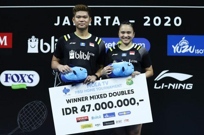 Pasangan ganda campuran, Praveen Jordan/Melati Daeva Oktavianti berpose di podium juara PBSI Home Tournament, pelatnas Cipayung, Jakarta, Jumat (3/7/2020).