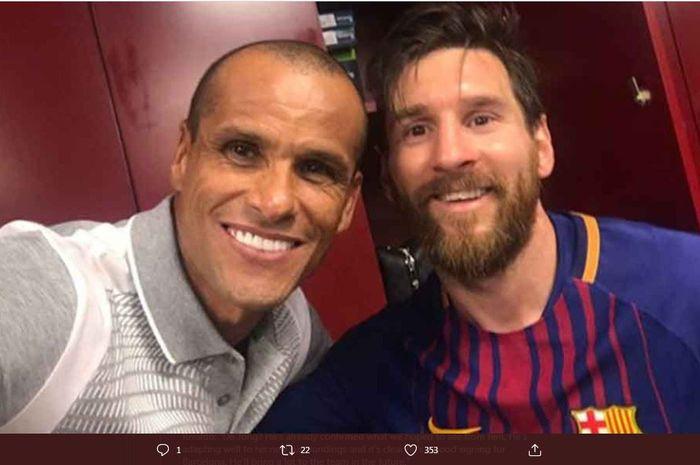 Legenda Barcelona, Rivaldo (kiri) melakukan swafoto dengan Lionel Messi.