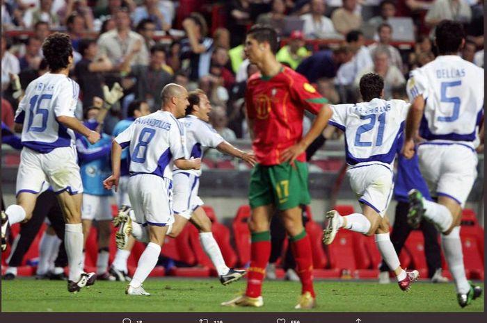Ekspresi pemain tim nasional Portugal, Cristiano Ronaldo, melihat kemenangan timnas Yunani pada Piala Eropa 2004.