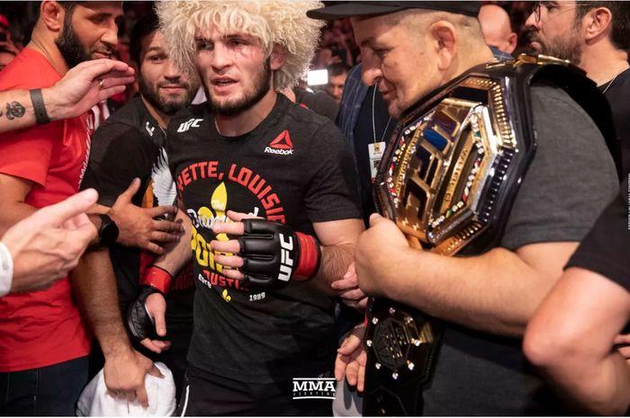 Khabib Nurmagomedov didampingi ayahnya, Abdulmanap Nurmagomedov, di UFC 242.