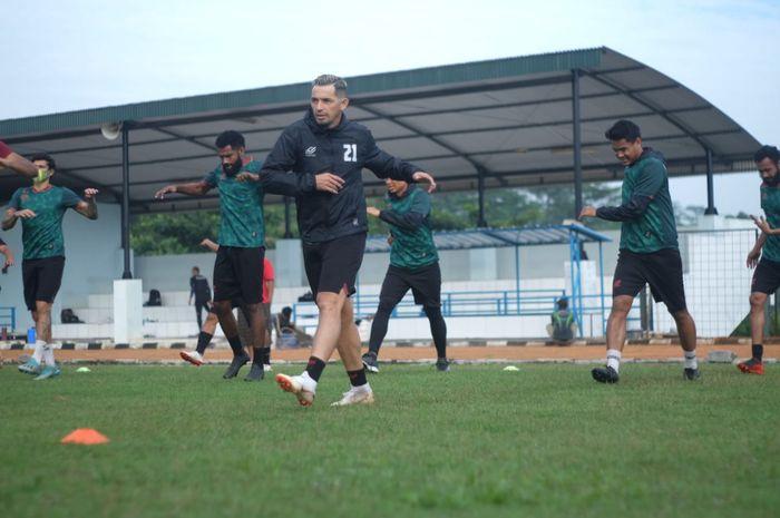 Penyerang Tira Persikabo, Silvio Escobar dengan para pemain menjalani latihan perdana di tengah pandemi Covid-19.