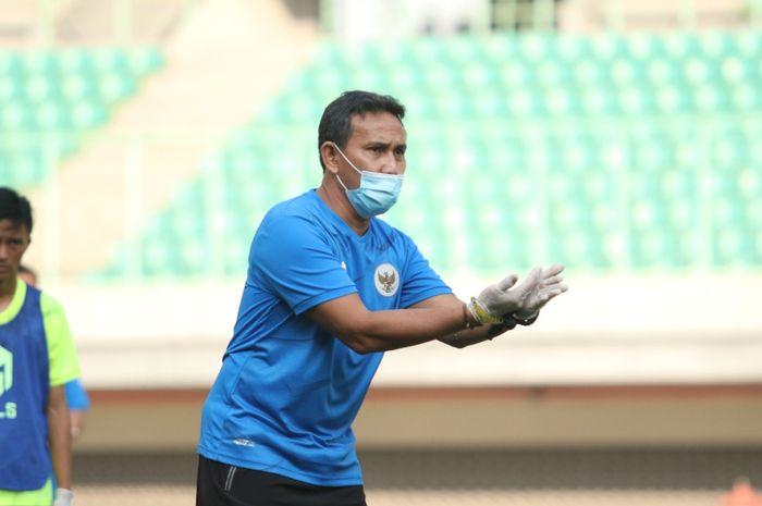 Pelatih timnas U-16 Indonesia, Bima Sakti, memimpin TC di Stadion Patriot Candrabhaga.