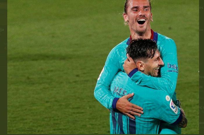 Lionel Messi memeluk Antoine Griezmann usai mencetak gol Barcelona ke gawang Villarreal dalam lanjutan Liga Spanyol, 5 Juli 2020.